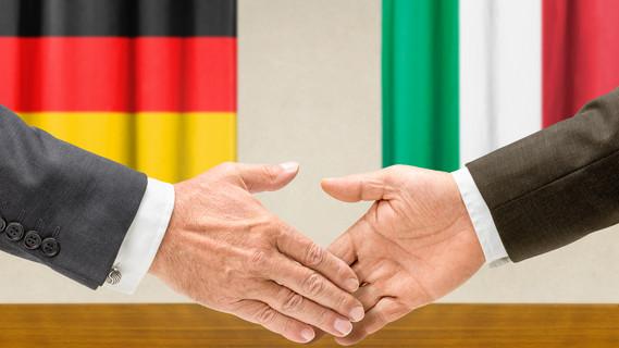 Vertreter von Deutschland und Italien geben sich die Hand