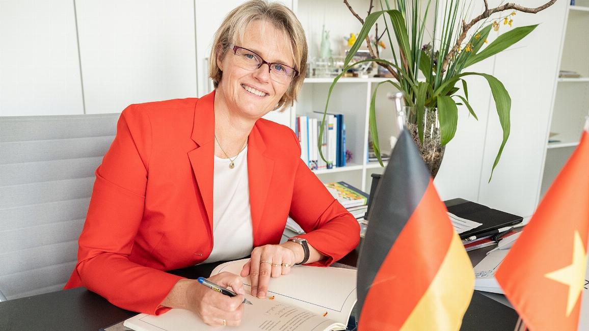 Bundesbildungsministerin Anja Karliczek unterzeichnet das Abkommen.