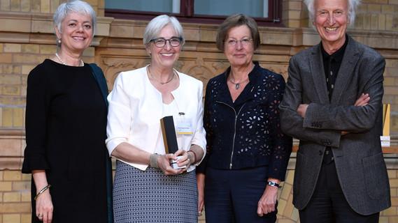Staatssekretärin Quennet-Thielen mit Frau Prof. Dr. Katrin Kogman-Appel, Preisträgerin der Alexander von Humboldt-Professur 2016.