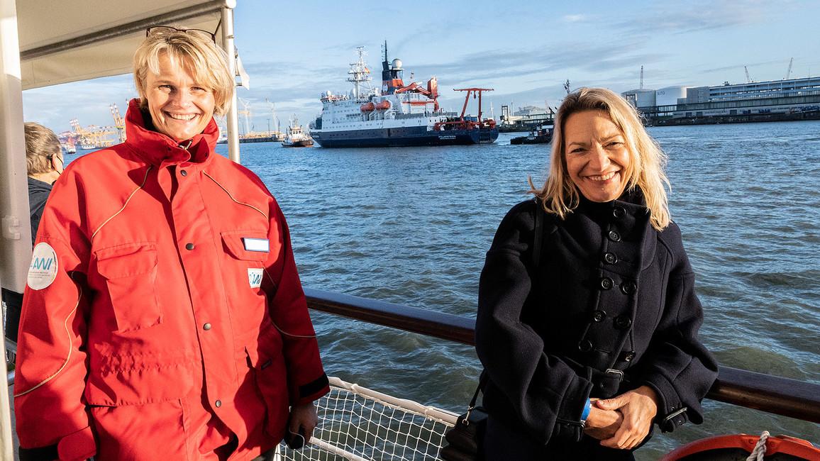 Bundesforschungsministerin Anja Karliczek (links) und AWI-Direktorin Antje Boetius nehmen die POLARSTERN in ihrem Heimathafen Bremerhaven in Empfang.