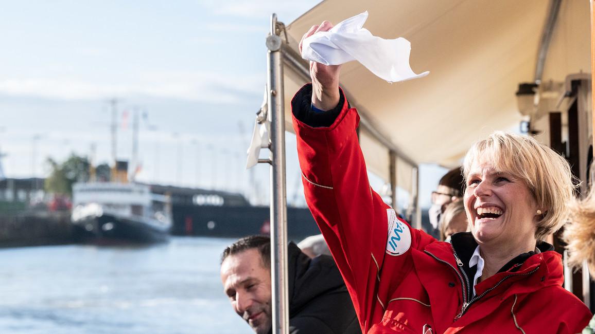 Willkommen zurück, POLARSTERN! Mit diesem Taschentuch hatte Ministerin Karliczek das Forschungsschiff im Herbst 2019 bereits verabschiedet.