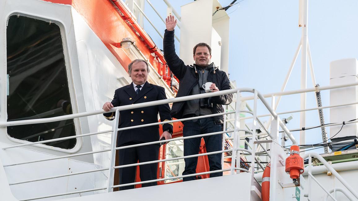 """Geschafft! Expeditionsleiter Professor Markus Rex (rechts) kehrt nach Bremerhaven zurück.""""Wir haben gesehen, wie das Eis der Arktis stirbt"""", mahnt er später während der Pressekonferenz."""