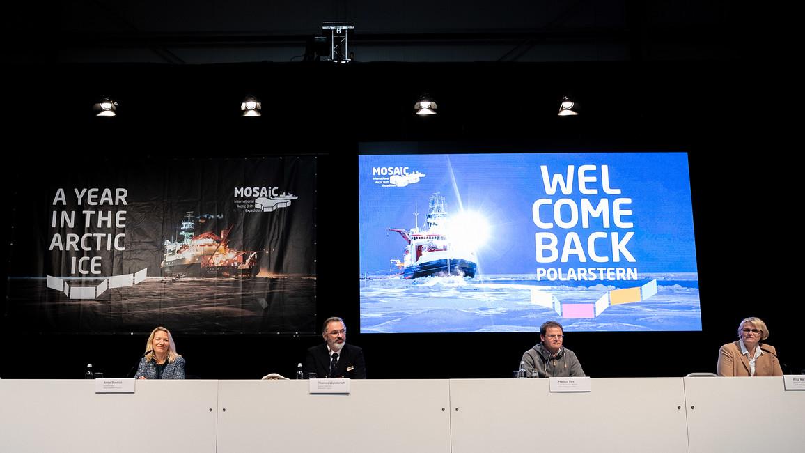 Während der Pressekonferenz mit Bundesforschungsministerin Karliczek (rechts) und AWI-Direktorin Boetius (link) berichten POLARSTERN-Capitän Thomas Wunderlich und Expeditionsleiter Markus Rex von ihren Erfahrungen.