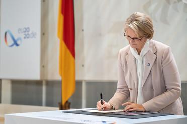 Bundesforschungsministerin Anja Karliczek unterschreibt die Bonner Erklärung.