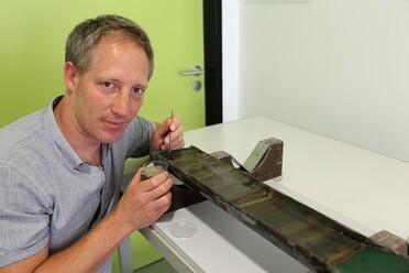 Mithilfe von gut datierten Sedimentkernen kann IOW-Meeresgeologe Jérôme Kaiser mehrere Tausend Jahre in die Ostseevergangenheit schauen.