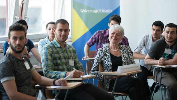 Staatssekretärin Quennett-Thielen im Gespräch mit Flüchtlingen aus Syrien an der FU berlin