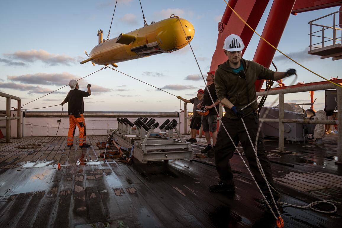 Schiffsbesatzung und Wissenschaftler beim Einholen des autonomen Tauchroboters AUV MARUM-SEAL 5000 nach seinem ersten Einsatz auf dem Bergamo Schlammvulkan