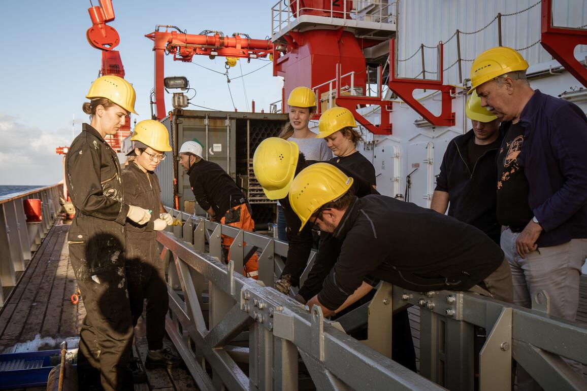 Sobald ein Schwerelot vom Meeresboden an Deck gehievt ist, stürzen sich die Forscherinnen und Forscher auf die Sedimentkerne