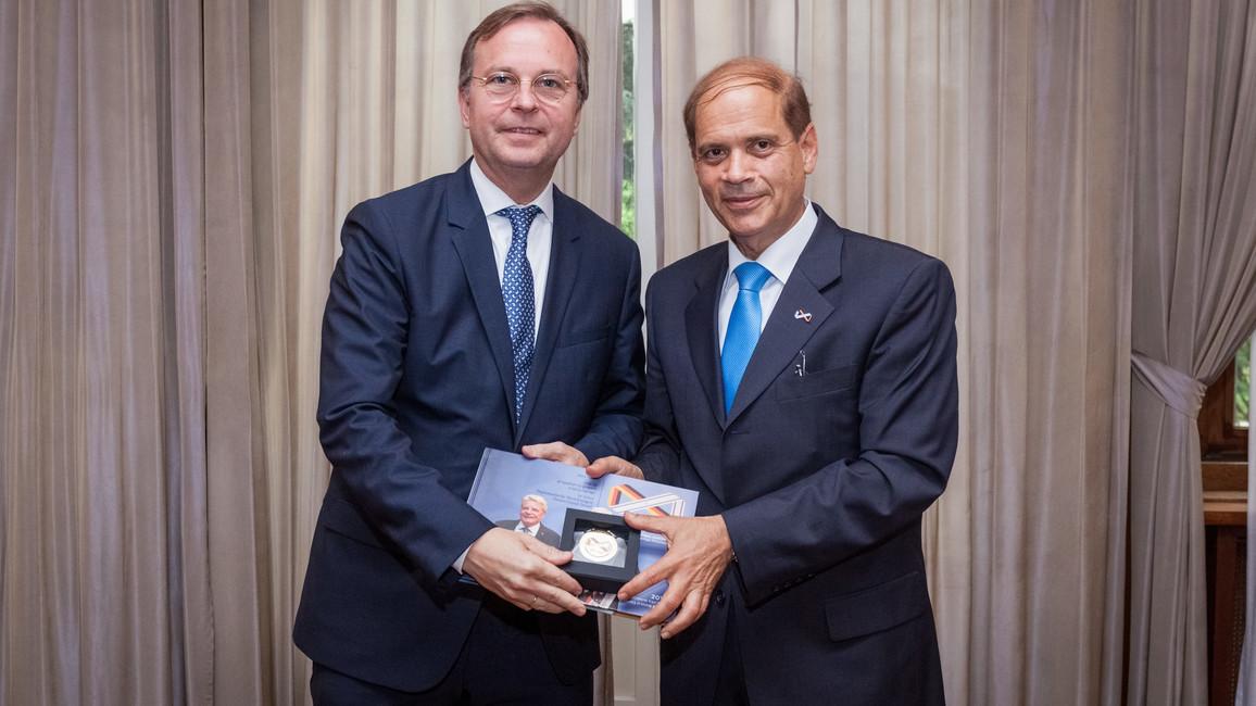 Der Parlamentarische Staatssekretär Thomas Rachel mit dem israelischen Botschafter Yakov Hadas-Handelsman.