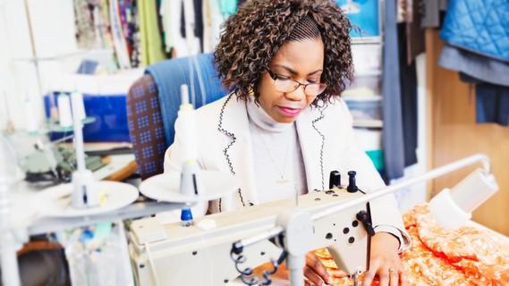 Judith Yawa Aggor-Edorh lebt seit 2004 in Deutschland. Hier gründete sie eine Familie. Um hier auch als Maßschneiderin arbeiten zu können, ließ sie ihren ghanaischen Berufsabschluss anerkennen.