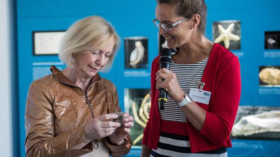Johanna Wanka erhält von Frau Liebers-Helbig aus dem Deutschen Meeresmuseums eine Manganknolle