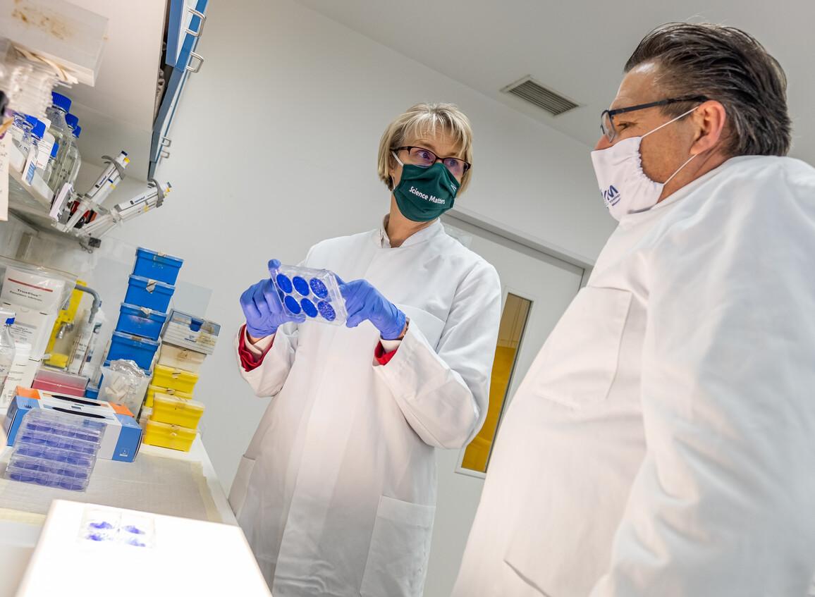 Bundesforschungsministerin Anja Karliczek zu Besuch im Labor von Stephan Ludwig an der Westfälische Wilhelms-Universität Münster am 3. Dezember 2020