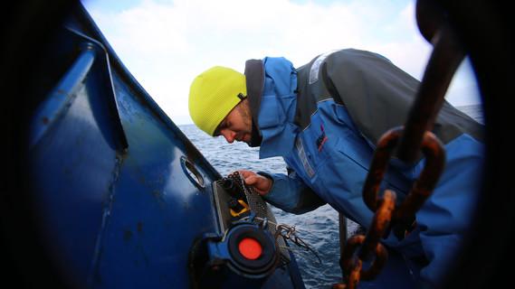 Im Einsatz auf See: Michael Naumann überprüft Messsonden für die Sauerstoff, Salzgehalt und Temperatur erfassen