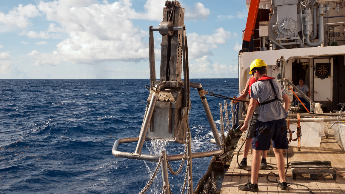 Mit einem Kastengreifer werden Proben vom Meeresboden genommen, um sie auf Plastikpartikel hin zu untersuchen. Dieses Bild entstand während der ersten HOTMIC-Expedition mit dem Forschungsschiff POSEIDON im September 2019.