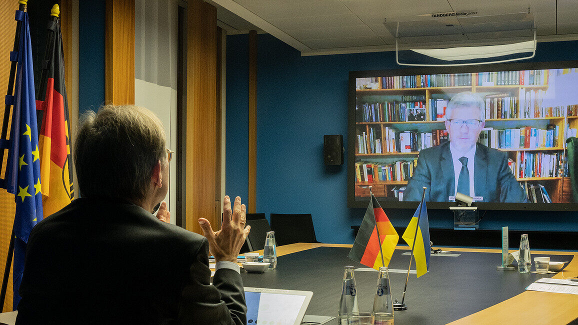Thomas Rachel, Parlamentarischer Staatssekretär bei der Bundesministerin für Bildung und Forschung, im Gespräch mit dem Botschafter der Ukraine,S.E. Dr. Andrij Melnyk.