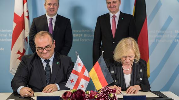 Gemeinsam mit ihrem georgischen Amtskollegen Aleksandre Jejelava unterzeichnet Bundesministerin Johanna Wanka ein Abkommen