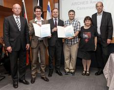 Thomas Rachel, Parlamentarischer Staatssekretär bei der Bundesministerin für Bildung und Forschung, mit den Preisträgern des ARCHES-Forschungspreises