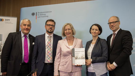 Im Rahmen einer Pressekonferenz wird der Bildungsbericht 2016 in Berlin vorgestellt
