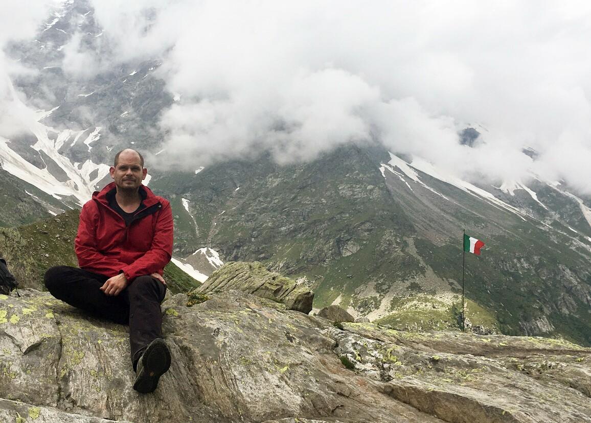 Der Geologe Dr. Armin Dielforder vor dem Gebirgsmassiv Monte Rosa in den Walliser Alpen