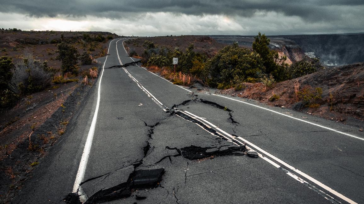 Aufgerissene Straße nach Erdbeben