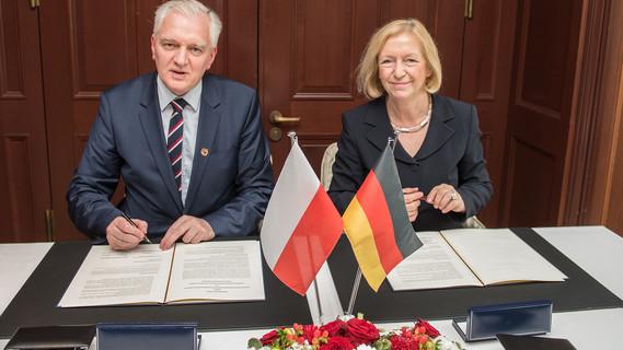 Bundesministerin Johanna Wanka und Jaroslaw Gowin, stellvertretender Ministerpräsident und Minister für Forschung und Hochschulwesen in Polen, unterzeichnen ein gemeinsames Abkommen