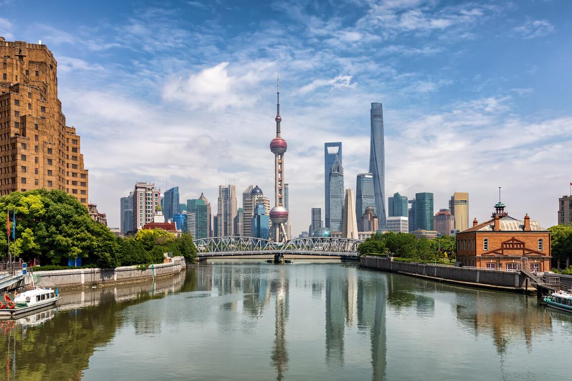 Die urbane Skyline von Shanghai mit der historischen Waibaidu Brücke und den modernen Wolkenkratzern
