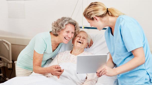 Pflegekraft mit Tablet