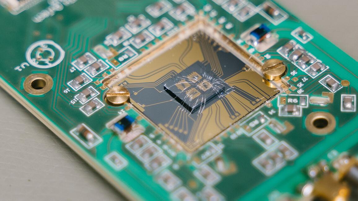 Das Bild zeigt einen Qubit Chip der RWTH Aachen.