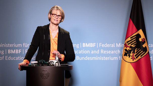 """""""Neben der Verfügbarkeit von Impfstoffen sind sichere und wirksame Therapeutika gegen SARS-CoV-2 entscheidend, um die Pandemie bewältigen zu können', betonte Bundesforschungsministerin Anja Karliczek."""