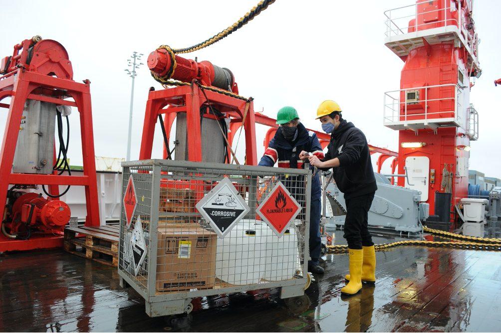 Alexander Kienecke vom Senckenberg Institut und Frederic Bonk von der Uni Oldenburg sichern Gefahrgut an Bord der SONNE ab