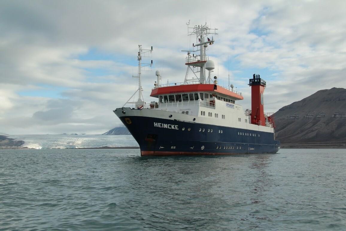 FS Heincke im Billefjord auf Spitzbergen