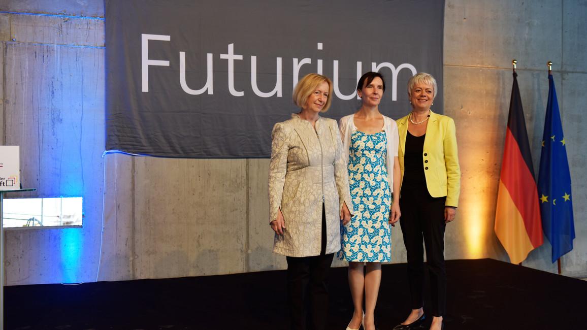 Bundesministerin Johanna Wanka und Staatssekretärin Cornelia Quennet-Thielen beim Richtfest zum Futurium (ehemals Haus der Zukunft)