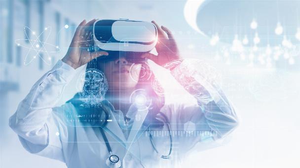 Ärztin trägt eine VR-Brille