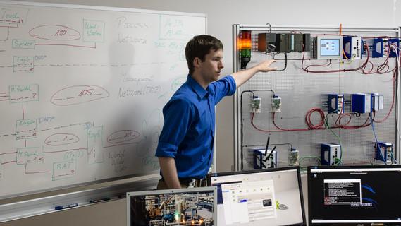 Das Bild zeigt einen Forscher der TH Deggendorf, wie erIndustriepartner zu wirksamen Abwehrmaßnahmen schult.