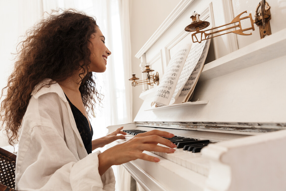 Junge Frau am Klavier.