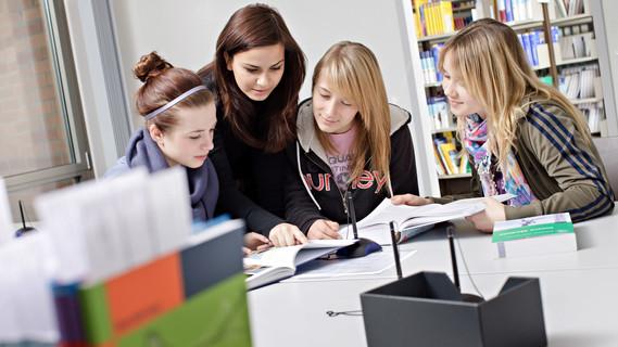 Studierende der Hochschule für Gesundheit in Bochum arbeiten häufig in Gruppen. Oft lernen Studierende unterschiedlicher Studiengänge zusammen, weil interprofessionellen Lehr- und Lernstrukturen an der Hochschule eine wichtige Rolle spielen.