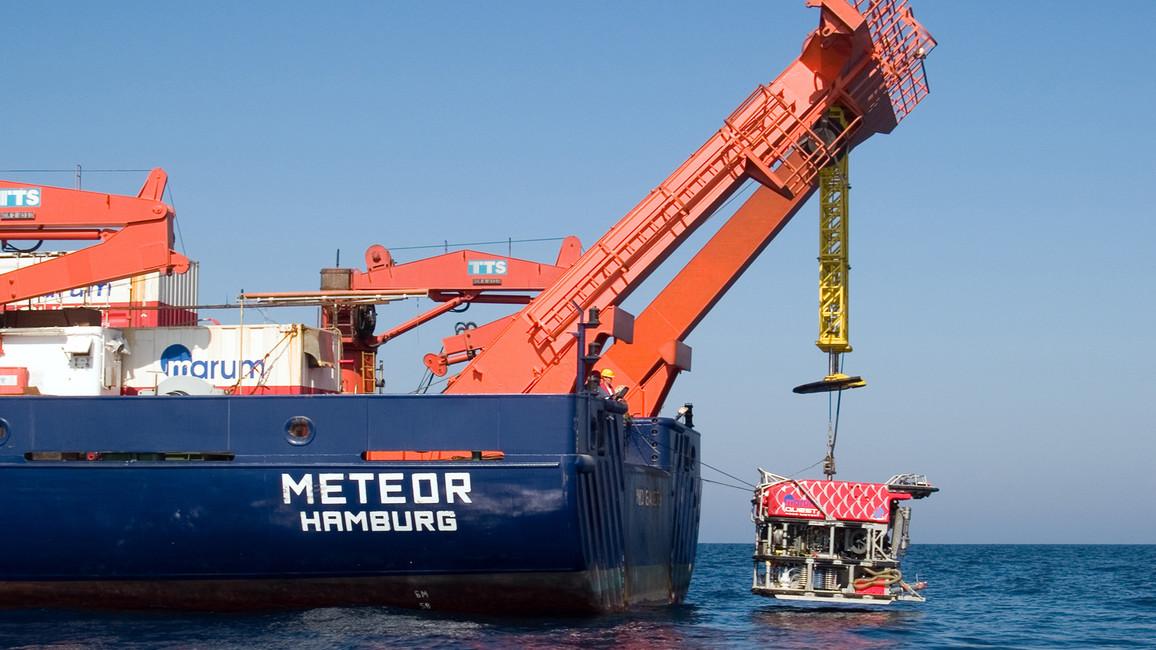 Einsatz des Tauchroboters MARUM-QUEST vom Forschungsschiff METEO