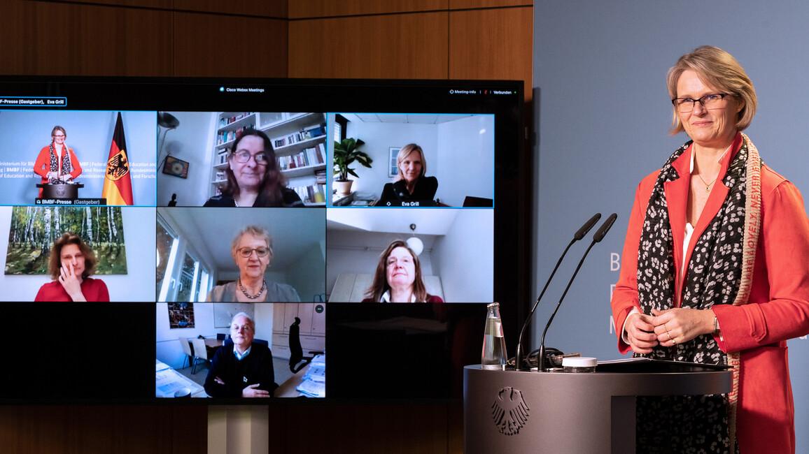 Bundesministerin Anja Karliczek in einer Pressekonferenz zum Thema: Wichtiger Beitrag der Wissenschaft für Schule in Pandemiezeiten.