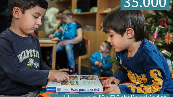Flüchtlingskinder mit ihrem ersten Lesestartset