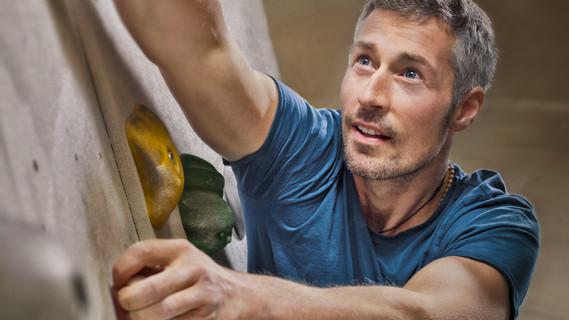 Ein Mann an einer Kletterwand