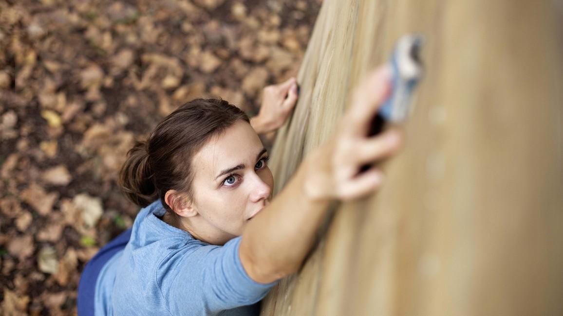 Eine Frau an einer Kletterwand