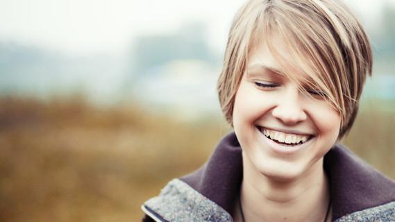 Aufnahme einer lächelnden Studentin.