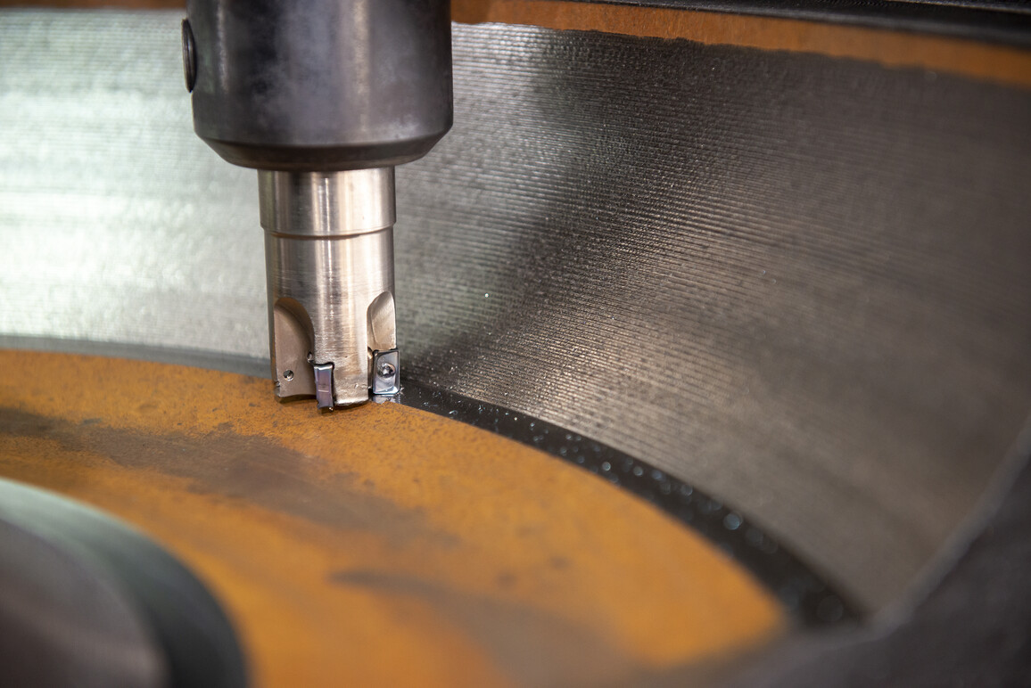 CNC-Fräsmaschine schneidet die Gusseisenformteile