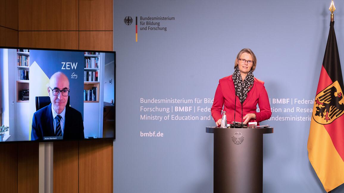 Bundesforschungsministerin Anja Karliczek und ZEW-Präsident Achim Wambach stellen die zentralen Ergebnisse der Innovationserhebung 2020 in einer Pressekonferenz vor.