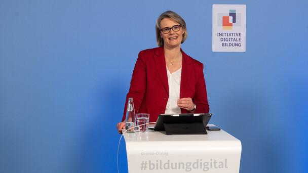 """Bundeskanzlerin Dr. Angela Merkel und Bundesbildungsministerin Anja Karliczek haben die """"Initiative Digitale Bildung"""" ins Leben gerufen. Ziel ist, die digitale Bildung in unserem Land weiter auszubauen und ihr einen deutlichen Schub zu geben."""