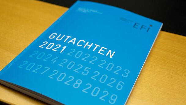 Das EFI-Gutachten 2021 wurde in diesem Jahr digital übergeben.