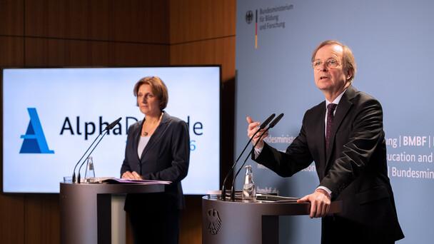 Thomas Rachel, Parlamentarischer Staatssekretär bei der Bundesministerin für Bildung und Forschung, im Rahmen der Pressekonferenz zur Halbzeit der AlphaDekade.