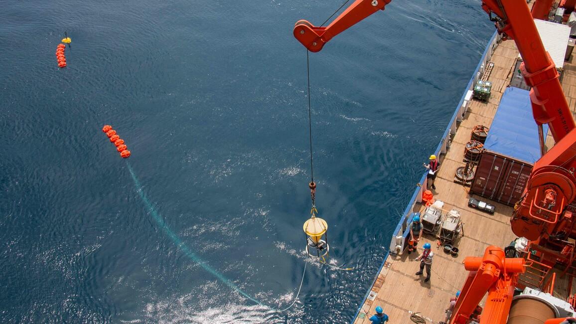 Das Forschungsschiff SONNE bricht mit dem Ziel auf, ozeanografische Verankerungen aus dem Südatlantik zu bergen.