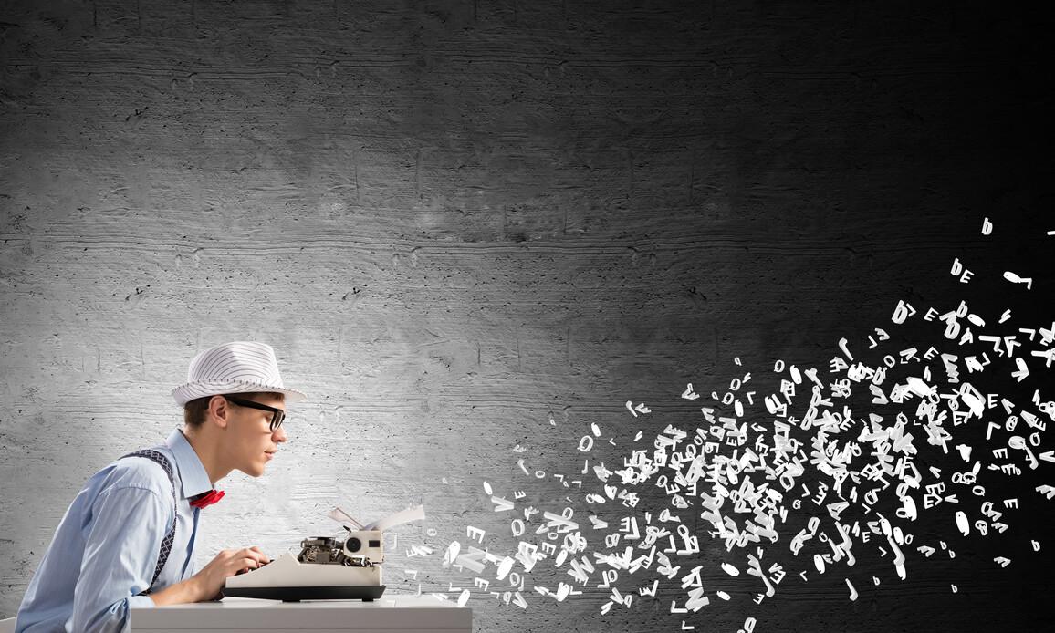 Mann an Schreibmaschine