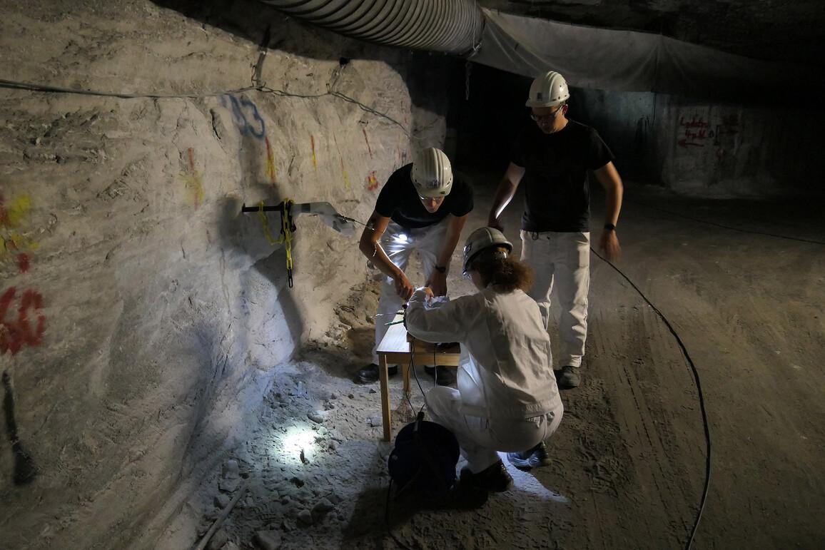 Ein Forscherteam nimmt Gasproben aus verschlossenen Bohrlochabschnitten. Gasmenge und Zusammensetzung der Gasprobe geben unter anderem Aufschluss über die Durchlässigkeit des Gesteins.
